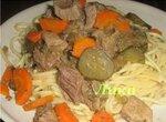 Говядина тушеная с соленым огурцом и морковью