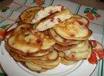 Оладьи на кефире с яблоками и брусникой