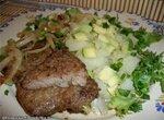 Стейк из телятины с луком и картофелем с авокадо.