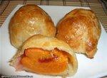 Десерт «Слойки с абрикосами и ягодами»