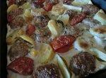 Запеканка с котлетками картофелем и помидорами черри.