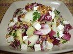 Салат с красным салатом, грушей, авокадо, брынзой