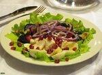 Салат с копченой рыбой на свекольной подушке