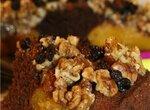 Шоколадный пирог с персиками и карамелизированными орехами.