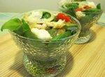 Салат из томатов, базилика и козьего сыра