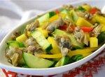 Салат с манго, огурцом и копчеными ракушками