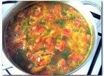 Морковно-помидорно-рисовый суп на бульоне из свиных ребрышек