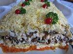 Салат с копченой курицей, черносливом и грибами