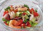 Овощной салат с молодыми осьминогами и креветками