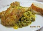 Курица, тушенная с луком-пореем и зеленым горошком
