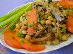 Теплый салат с нутом и хурмой