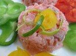 Тартар из малосольного лосося с кунжутом