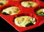 Запеченные яйца с брокколи и сыром