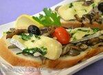 Завтрак: горячие тосты с грибами и мягким сыром