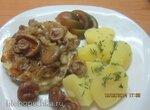 Жареная рыба под луковым соусом с грибами