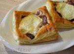 Открытые пироги с глазированным луком и козьим сыром