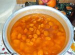 Половинки абрикос в прозрачном сиропе