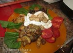 Теплый салат-гриль со сметанно-грибным соусом