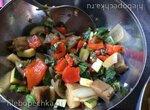 Салат из запеченных овощей и два вида соуса