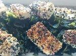 Тунец в кунжуте с гарниром из морских водорослей
