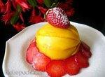 Клубничный десерт с манго