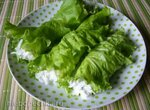 Освежающий салат в салатных листьях