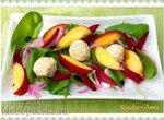 Салат из шпината, нектаринов, свеклы и сырно-ореховых шариков в панировке из овсяных отрубей