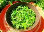 Салат из зеленой спаржи с соусом грибиш и салатом Месклен
