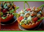 Салат из свежих шампиньонов с грейпфрутом, авокадо и голубым сыром