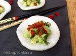 Креветочные чипсы с соусом гуакамоле и вялеными томатами