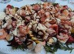 Тёплый салат с руколой, моцареллой, перепелиными яйцами и королевскими креветками.