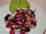 Салат из двух видов капусты с луком-гриль под ягодным соусом на булочке из ароматных трав