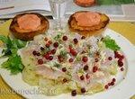 Чушь (чуша) из белой малосольной рыбы с хреном, на капустных листьях