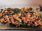 Морковный салат с морской капустой и соусом тахини