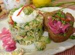 Салат с киноа, авокадо и маринованным лимоном под заправкой из простокваши