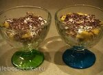 Десерт из пломбира с манго, миндалем и шоколадной крошкой