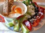 Яйца всмятку, салатные овощи под кефирно-сырной заправкой