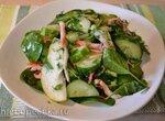 Салат со свежим шпинатом, грушей и «рваным» крабом