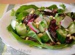 Салат из шпината с редисом и  вяленым черносливом