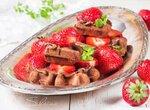 Шоколадные вафли с нутеллой и клубникой
