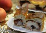 Сдобный пирог с яблоком, орехами и черносливом