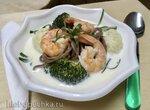 Суп кокосовый с креветками, брокколи, цветной капустой и лапшой соба