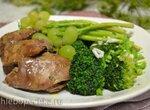 Печень куриная отварная на пару, с брокколи и молодой спаржей