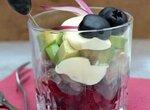 Салат в стакане из сельди, авокадо и свеклы