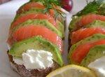 Закусочная гармошка с авокадо, малосольной рыбой и сливочным сыром