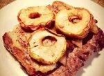 Говяжьи колбаски над и под беконом в окружении яблок и с сумахом