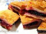 Пирожок из слоеного теста с райскими яблочками и лесными ягодами