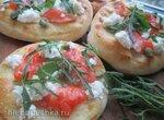 Пиццетты с лососем и руколой