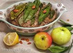Мясная запеканка с яблоком, орехами и пряностями по-африкански