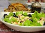Салат с мягким сыром в кунжуте c виноградом и бальзамиком